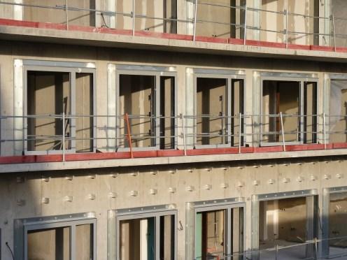Premiers cadres des portes-fenêtres posés, sous le soleil déclinant