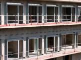 Premiers cadres des portes-fenêtres posés, sous le soleil de midi