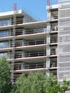 Pose des barres de fixation du bardage sur le bâtiment A dans la faille entre les bâtiments A & B