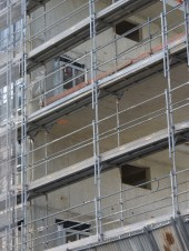 Fenêtres en cours de pose dans la faille entre les bâtiments B & C