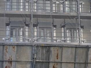 Volets roulants posés sur les fenêtres arrière de l'immeuble