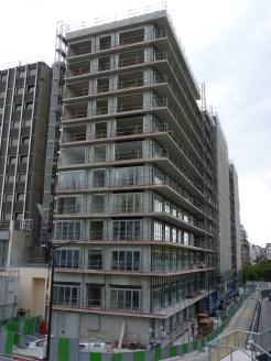 Pose des premières porte-fenêtres des niveaux inférieurs façade Ouest, bâtiment A