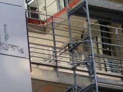 Pose des gardes-corps, arrière de Parc 17, faille entre les bâtiments B & C