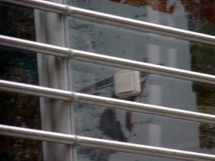 Prise électrique (floue) sur mur de terrasse
