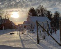 Paysage d'hiver avec notre école de rang
