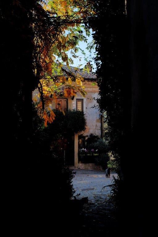 La cittadina di Formello è molto legata al corso del Torrente Valchetta Cremera. Formello ospita il Museo dell'agro-veientano, la Chiesa di San Michele Arcangelo, la Catacomba di Monte Stallone e la Tomba Chigi. Ha un centro storico tranquillo in cui anche i gatti soggiornano piacevolmente.