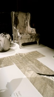 Siège recouvert de tissu de soie en trompel'oeil de marbre et kimono, Maurizio Galante