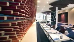 Ora-Ïto, Nano Concept de Restaurant Ephémère: éléments architecturaux, banquette et chaises en feutre