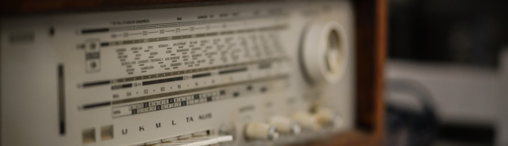 Gros plans sur le devant d'une vieille radio