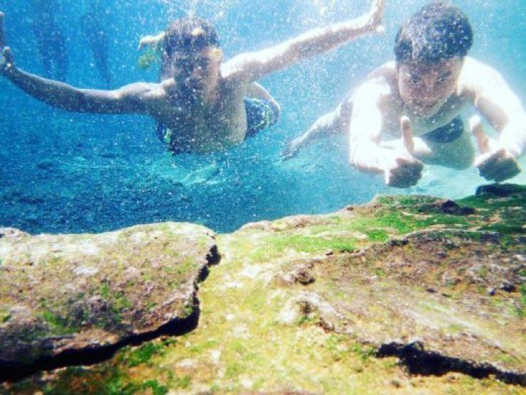 Berenang di dalam jernihnya air Sumber Ngadiloyo Kediri