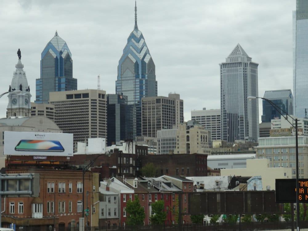 Les quartiers pauvres de Philly aux bords des autoroutes avec à l'horizon les tours de downtown