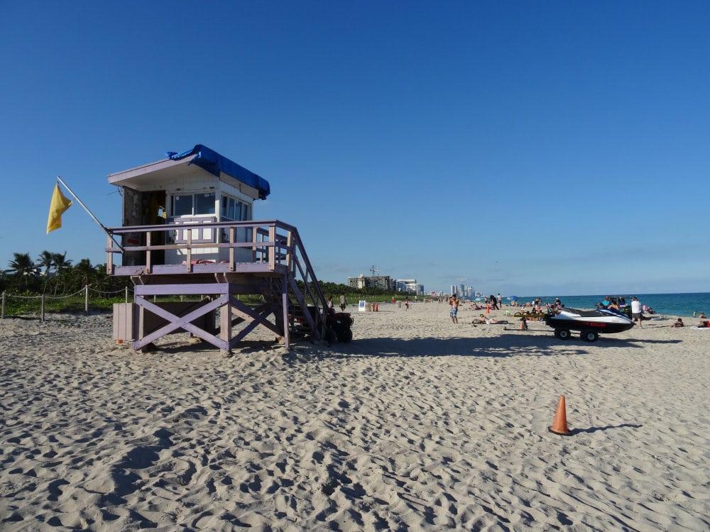 Une cabane de sauveteur en mer sur la plage de North Beach