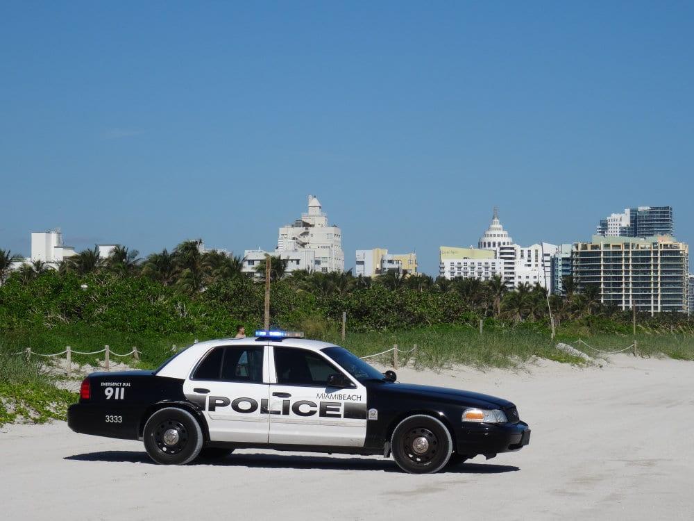 Une petite pause sur la plage pour la police locale