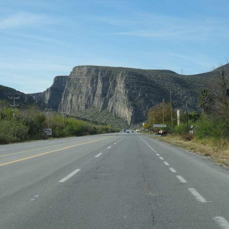La route traverse d'immense canyon