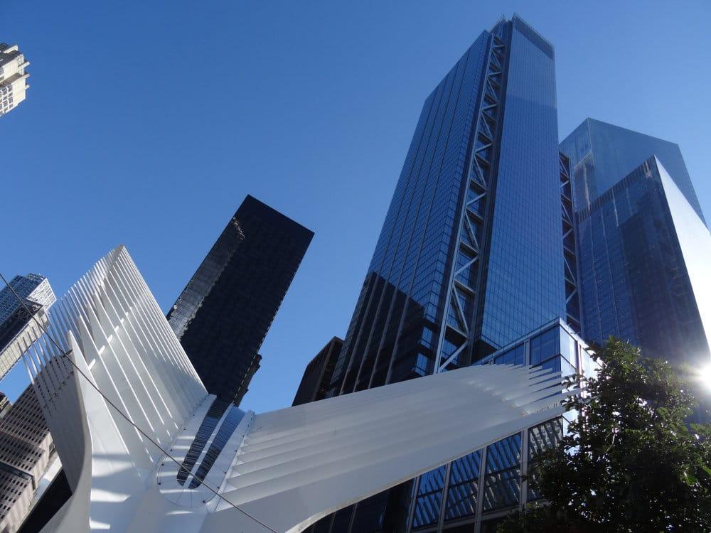 Le Three World Trade Center derrière la gare ultramoderne du PATH