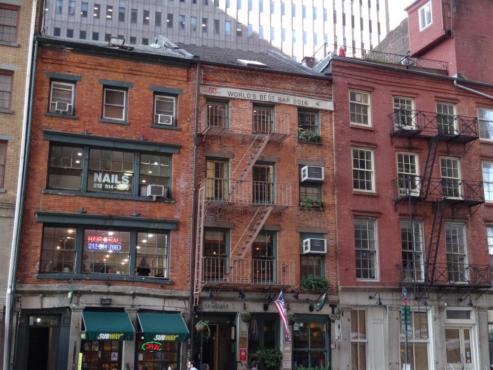 Les vieux immeubles au pied des immenses buildings de South Manhattan