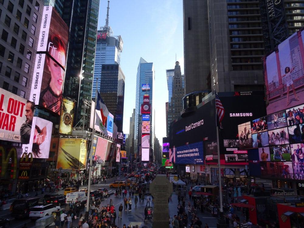 Times Square de jour et sa débauche d'écrans