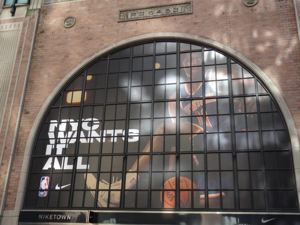 Un français sur la façade du Nike Store
