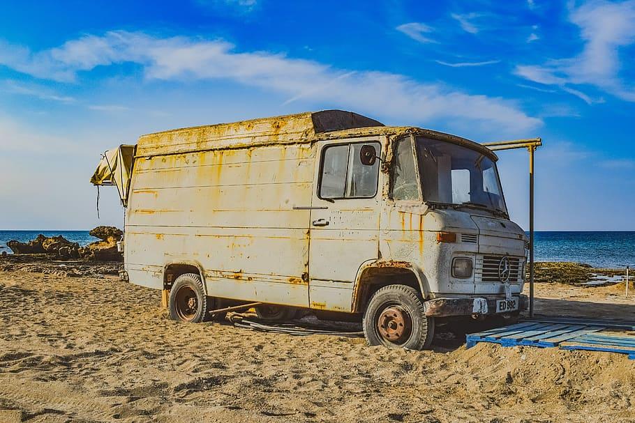 Van d'occasion sur la plage