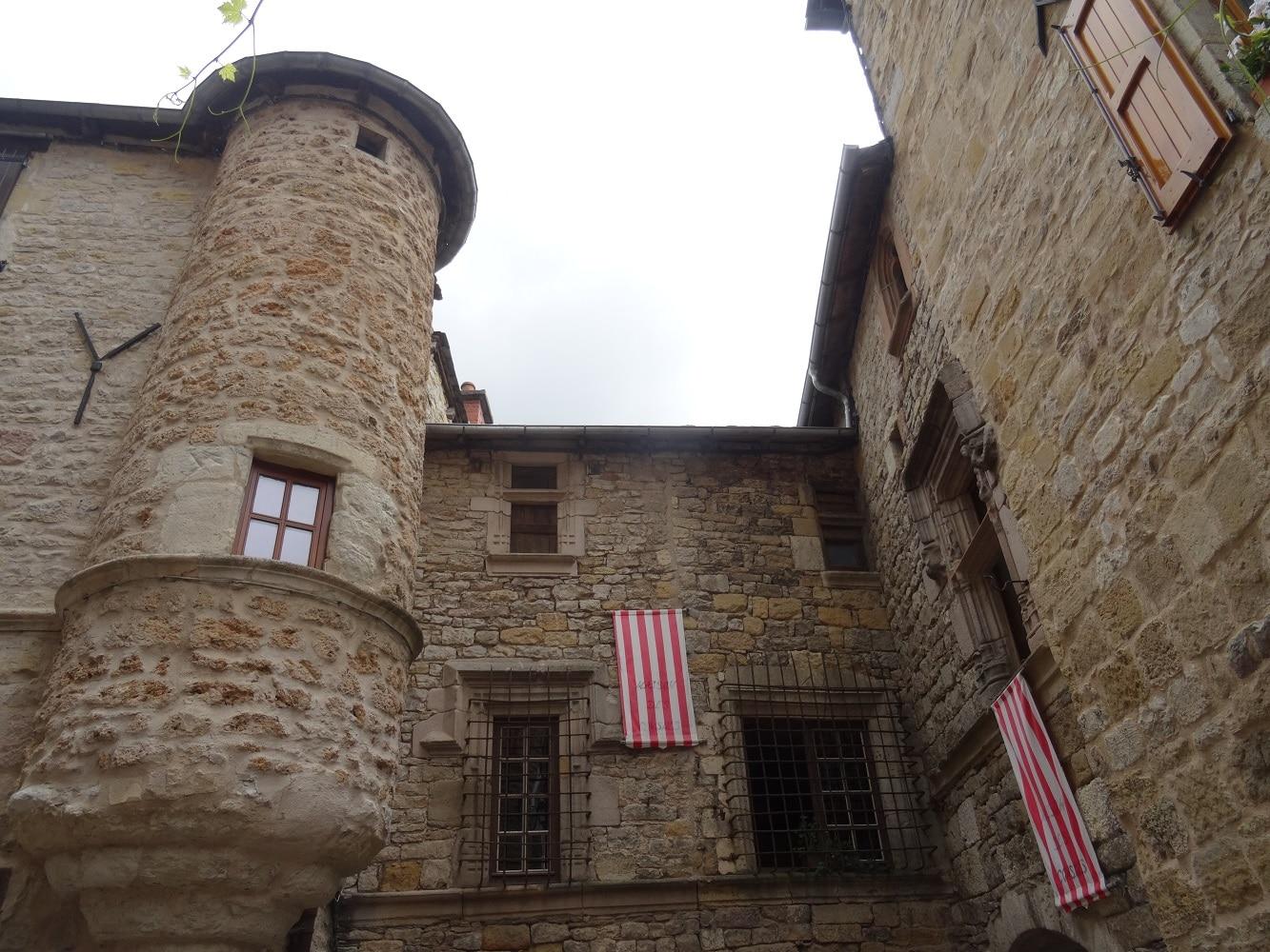 Le village médiéval de Sévérac le Chateau dans l'Aveyron