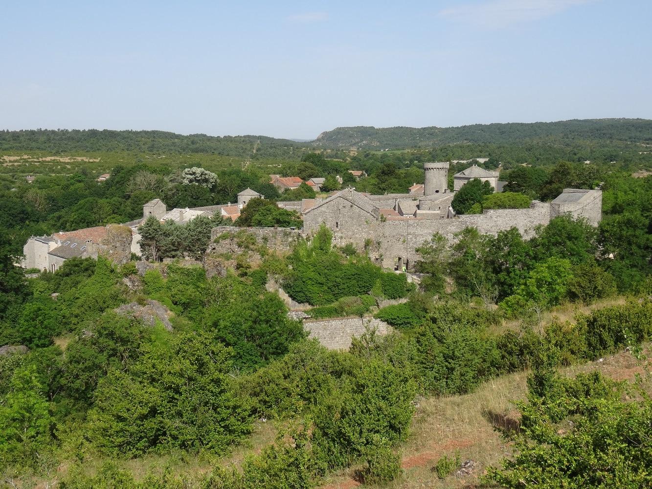Vue sur La Couvertoirade, village médiéval de l'Aveyron