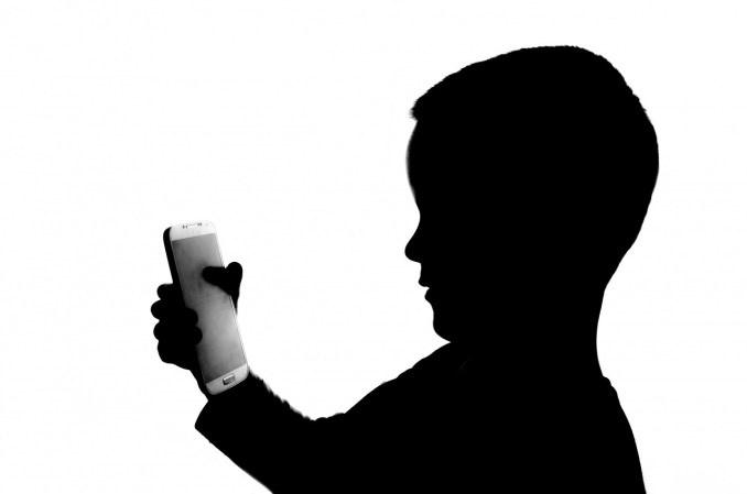 kid using smartphone