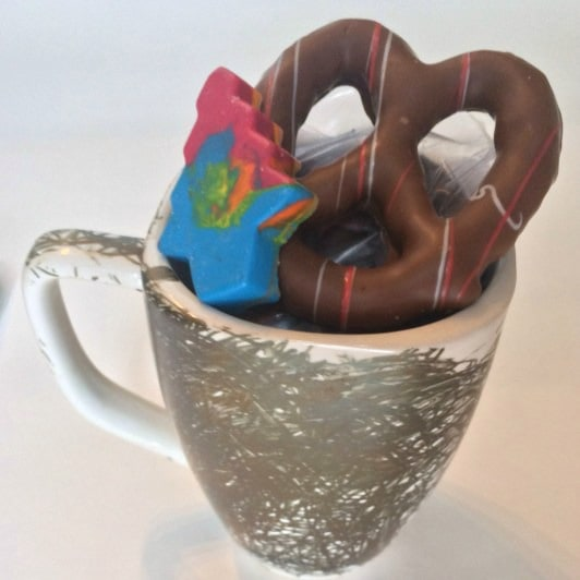 Have your children partake in making their teachers' Christmas gift this year! Make chocolate covered pretzels, chocolate Santa hats, DIY crayons, Sharpie mugs they coloured themselves and more! Budget-friendly, easy DIY Christmas gifts for teachers or family. Kid-friendly! DIY Teacher Christmas Gift