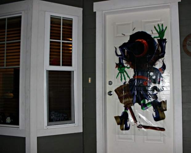 halloweencostumes-witch-door