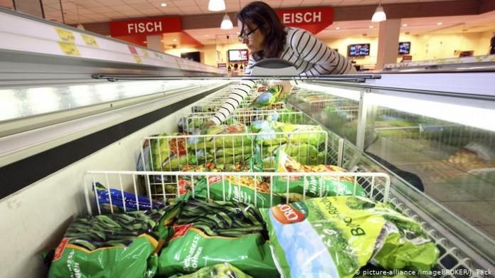 Germany woman buys frozen vegetables (picture-alliance / imageBROKER / J. Tack)