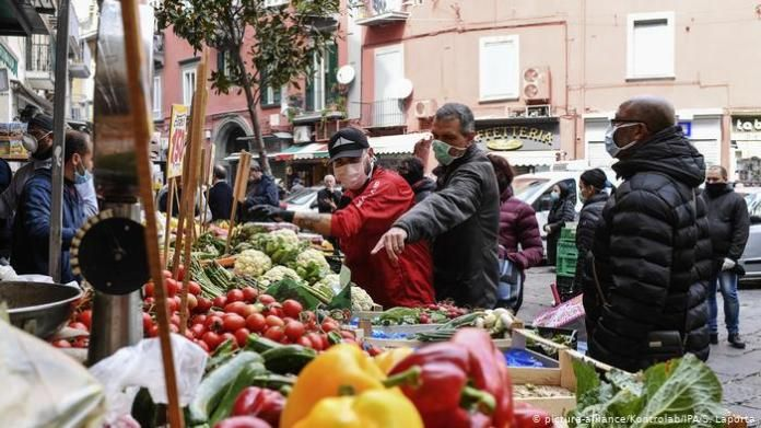 Italy people with protective masks (picture-alliance / Kontrolab / IPA / S. Laporta)