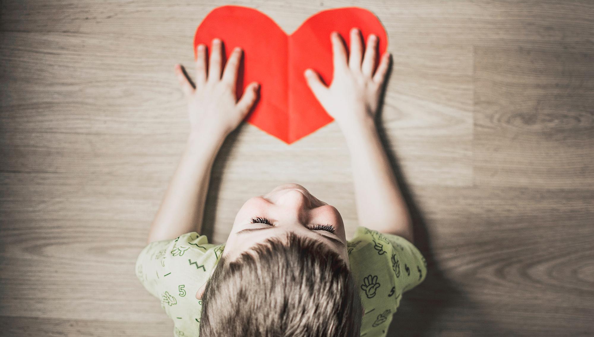 enfant-accompagner-coeur-amour-afeps-association©anna-kolosyuk