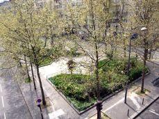 Promenade Plantée. Park vede nad rušnou ulicí, a tak mu chodci dávají přednost před proplétáním se mezi auty. (Rušná je... když zrovna není víkend před státním svátkem).