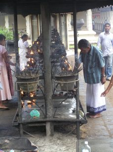 Sri Lanka, Kendy. Chrám zubu-Sri Dalada Maligawa Temple. Par fumum. Drogy-nedrogy, tady je kouře množství větší, než malé, a všechny nás to povznášelo, i když kuřárna je v zahradě, díky Buddho.*Here is smoke enough. Although smoking room located in the garden on the air, all of was exalted. Thanks, Buddha.