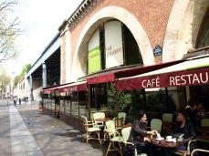 """Viaduc des Arts. Kde nám typický francouzský číšník řekl, že u stolu, kde sedíme, jako jediní hosté, se podává pouze jídlo a kafe nedostaneme, jestli si nepřesedneme. Tak jsme řekli, že jdeme pryč a on na to: """"Oui, au revoir."""""""