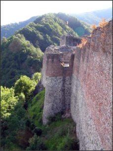K hradu na vrcholku hory nad řekou Argeś vede jediná cesta, strmé schodiště s 1 470 schody. Turkové hrad mnohokrát obléhali, ale dobili ho jen jednou... Mně se podařilo uniknout na koni s obrácenými podkovami. Ale jen mně...moje žena se vrhla do vln řeky Argeś, aby její tělo raději pozřely ryby v chladné vodě, než by padla do rukou Turkům.