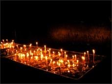 Zapalují svíčky v předsálí...