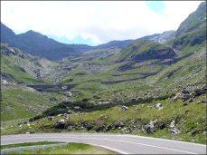 Za přehradou je nejvyšší místo říše dosažitelné povozem, Fagarašský průsmyk u jezera Bilea Lac (Balea Lac), kde si Ceaucesku nechal postavit loveckou chatu v mořském oku a k ní přitáhnout dálnici.