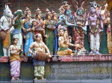 Hindú bohové by z našeho pohledu mohli zobrazovat různé lidské vlastnosti, tak jak nám už kdysi vnuknul Ezop a od té doby se to s náma vleče; jenže hinduisté to vidí jinak, skoro každé zvíře, brouk, květina...je posvátná, má svůj příběh a své kladné vlastnosti. Bohové jsou přece vzorem vlastností a konání (až na Ganéšu, toho mám ráda taky a koukám, že v tomhle chrámu mi nějak unikl). Na téhle přehlídce bych já měla jasno - osel, žlučí zelená slepice, neupřímná žena s více tvářemi...a ono to tak určitě není.