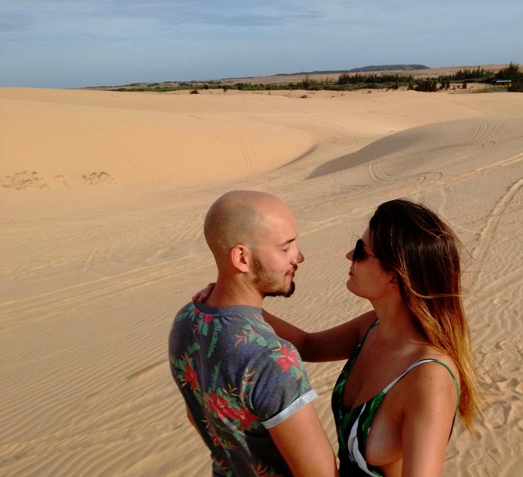 blog-voyage-couple-parfums-de-liberte-leo-et-julie-petit-budget-mui-ne-sand-dunes-regard