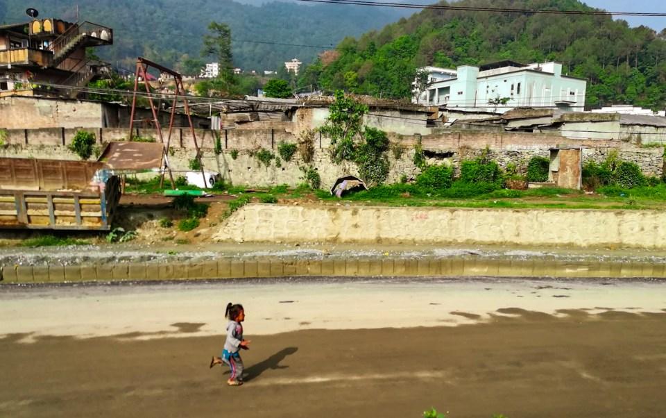 blog-voyage-couple-parfums-de-liberte-leo-et-julie-petit-budget-bienfaits-bilan-pauvrete-nepal-enfant