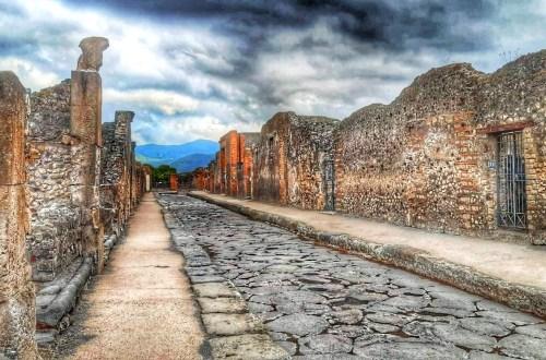 blog-voyage-couple-parfums-de-liberte-leo-et-julie-petit-budget-visiter-italie-visite-pompei-naples-napoli-camping-vanlife-ruines-archeologie-coronavirus