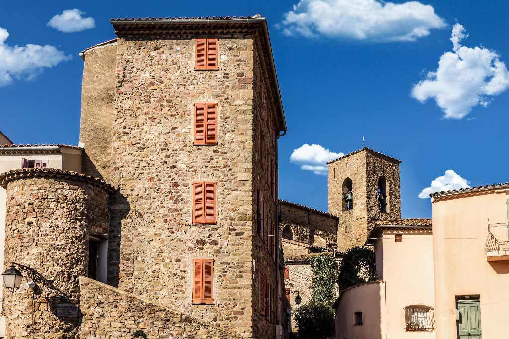 Le_village_de_Roquebrune-sur-Argens-portrait-quitter-paris-pour-saint-raphael