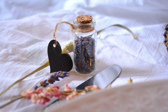 Thème-mariage-champêtre-fiole-lavande-cadeau-invités