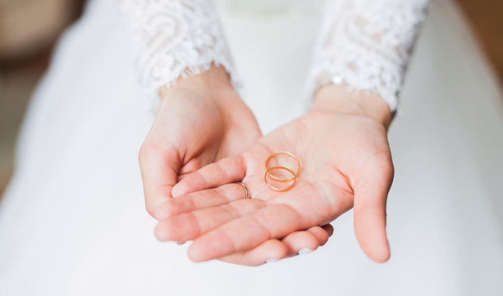 Alliances-or-jaune-simple-mains-mariées