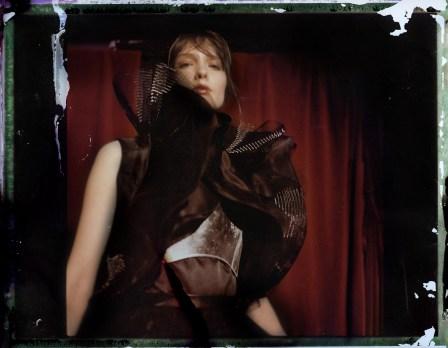 Robe: Clarisse Heiraix Brassière en cuir : Zayna bayne Top : Emmanuel Ungaro