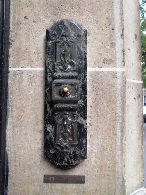 Sonnette d'immeuble avenue Raymond Poincaré