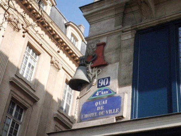 Cloche angle de la rue Brosse et du quai de l'Hôtel de Ville