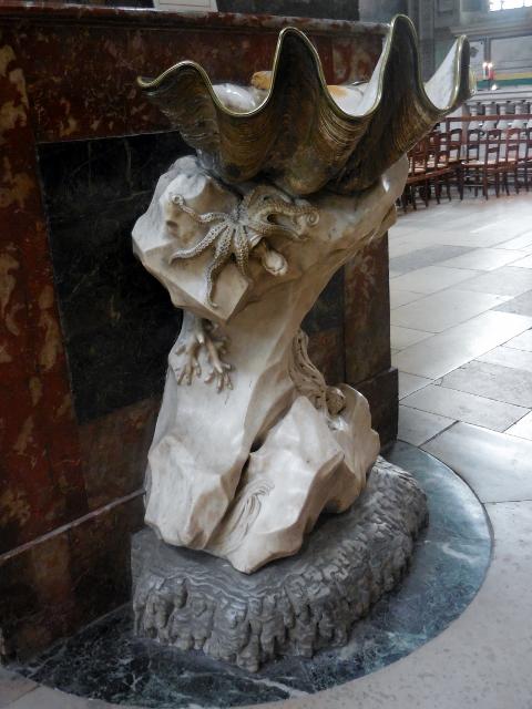 Eglise Saint-Sulpice- Bénitier sculpté par Jean-Baptiste Pigalle