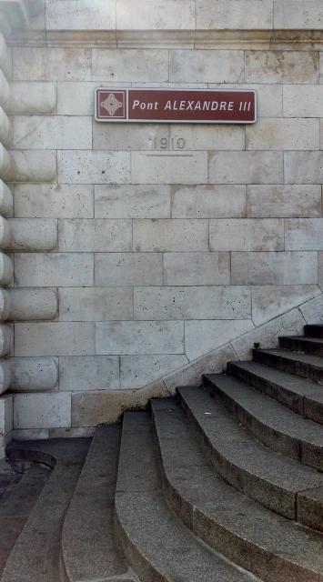 Repère de crue de 1910 sur le Pont Alexandre III