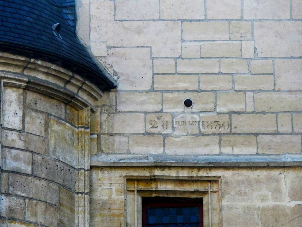 """A cannonball struck the Hotel de Sens during the """"Trente Glorieuses"""" conflict in 1830. You can see the inscription below. Image: Tangopaso/Public Domain"""